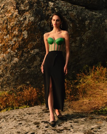 Green corset with reliefs and satin cups