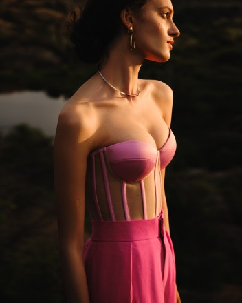 Pink corset with reliefs and satin cups